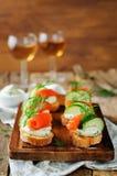 熏制鲑鱼黄瓜乳脂干酪传播开胃菜 库存照片