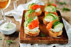 熏制鲑鱼黄瓜乳脂干酪传播开胃菜 免版税图库摄影
