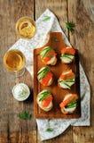 熏制鲑鱼黄瓜乳脂干酪传播开胃菜 库存图片