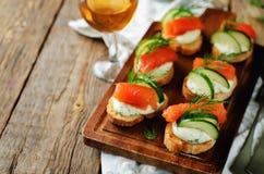 熏制鲑鱼黄瓜乳脂干酪传播开胃菜 免版税库存图片