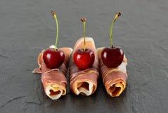 熏火腿和樱桃 免版税库存图片