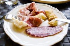 熏火腿和蒜味咸腊肠的不同的类型 免版税库存图片