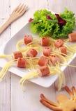 熏肉香肠和面条在板材的蜘蛛快餐 免版税图库摄影