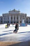 熏肉香肠的Eistraum滑冰的人在维也纳 库存图片