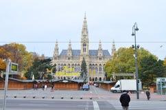 熏肉香肠Rathaus香港大会堂街道视图在维也纳,奥地利 库存照片