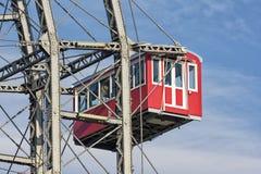 从熏肉香肠Riesenrad,维也纳,奥地利的垂悬的客舱 免版税库存图片