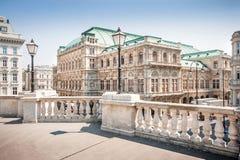 熏肉香肠Staatsoper (维也纳国家歌剧院)在维也纳,奥地利 免版税库存照片
