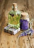 熏衣草油、草本肥皂和腌制槽用食盐 免版税库存图片