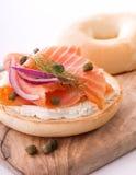 熏鲑鱼和百吉卷用乳脂干酪 图库摄影