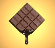 熔化和酿造黑暗的巧克力块 库存图片