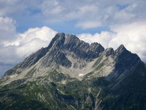 熔化在一座高山山的前雪由于全球性变暖 库存图片