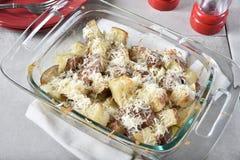 熔化在土豆的搓碎干酪 免版税库存照片