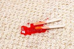 熔化在地毯的红色冰棍儿 库存照片
