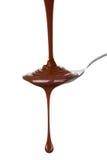 熔化巧克力涌入了匙子 免版税库存照片