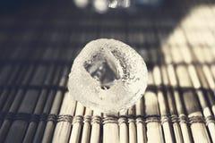 熔化木表面上的冰块 库存图片