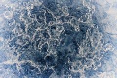 熔化的冰表面创造性的抽象蓝色结冰的背景  免版税库存图片