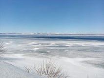 熔化的冰,河在春天,水的运动,河打开,白色山,季节变动,洪水,新的海 免版税库存图片