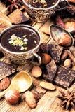 熔化的巧克力、香料和坚果 免版税库存图片