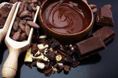 熔化的巧克力/熔化了巧克力巧克力漩涡堆ch 免版税库存图片