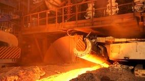 熔化的钢熔炉大移动的元素在热的铸造厂,冶金学概念侧视图  储蓄英尺长度 热钢 免版税库存照片