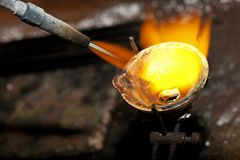 熔化的银在首饰车间 免版税图库摄影