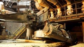 熔化金属在一个钢铁厂,重的冶金学概念 E 在熔化炉的高温 免版税图库摄影