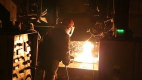 熔化金属在一个钢铁厂 在熔化炉的高温 冶金产业 股票视频
