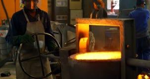 熔化金属的工作者在铸造厂车间4k 股票录像
