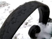 熔化雪下落在黑栏杆的换下场 免版税库存照片