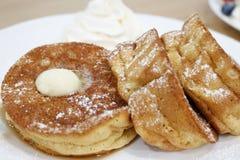 熔化黄油新鲜的薄煎饼 免版税图库摄影