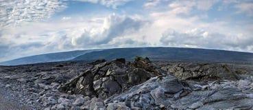 熔岩三角洲和活跃抽烟的熔岩流在熔岩在夏威夷,大岛晃动沙漠 库存图片