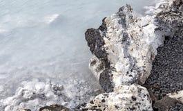 熔岩岩石在蓝色盐水湖 库存图片