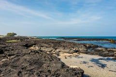 熔岩岩石海滩在夏威夷 免版税库存照片