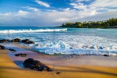 熔岩岩石,金黄沙子,白色泡沫, napili海湾,毛伊 免版税库存图片