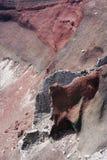 熔岩流的细节在红色火山口的 库存照片