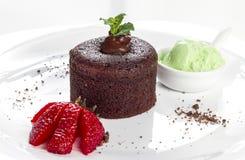 熔岩蛋糕用草莓 库存照片