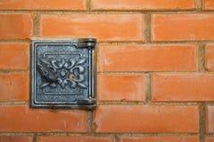 熔炉的生铁盒盖 老生锈的熔炉制音器 在俄国火炉的快门 库存图片