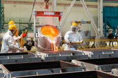 熔炼在一棵冶金植物中 熔融金属溢出 免版税库存照片