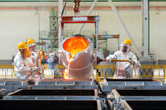 熔炼在一棵冶金植物中 熔融金属溢出 库存图片
