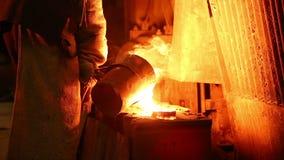 熔铸的钢铁厂熔融金属到模子里 股票视频
