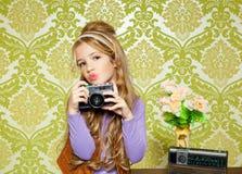 熟悉内情的减速火箭的小女孩射击照片 免版税图库摄影