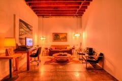 熟悉内情的现代客厅在洛杉矶顶楼 免版税库存照片