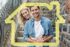 熟悉内情的年轻夫妇的综合图象坐微笑对照相机的步 库存图片
