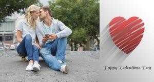 熟悉内情的年轻夫妇的综合图象坐滑板亲吻 免版税库存照片