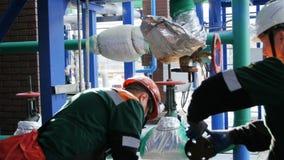 熟练工修理气体有工具的金属管子 股票录像