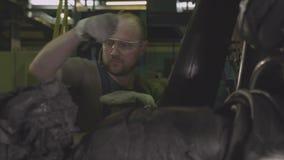 熟练工控制轮胎橡胶盘条形成 股票视频