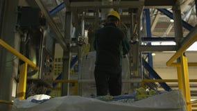 熟练工采取大袋子,并且对金属的固定用管道输送 影视素材