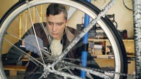 熟练的军人修理固定它与板钳的自行车转动的踏板和转动的轮子拉紧联接 股票视频