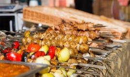 熟肉和菜富饶在金属p整洁地安排了 免版税库存图片