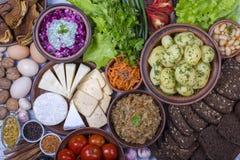 熟食和菜的分类在背景 顶视图,关闭 免版税库存图片